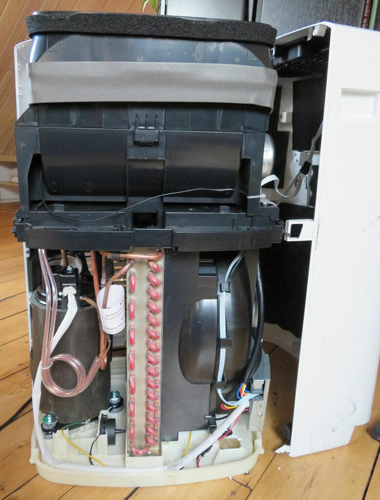 Portable air conditioner interior view - front view: condenser, compressor, expansion valve De'Longhi Pinguino PAC EL98 ECO